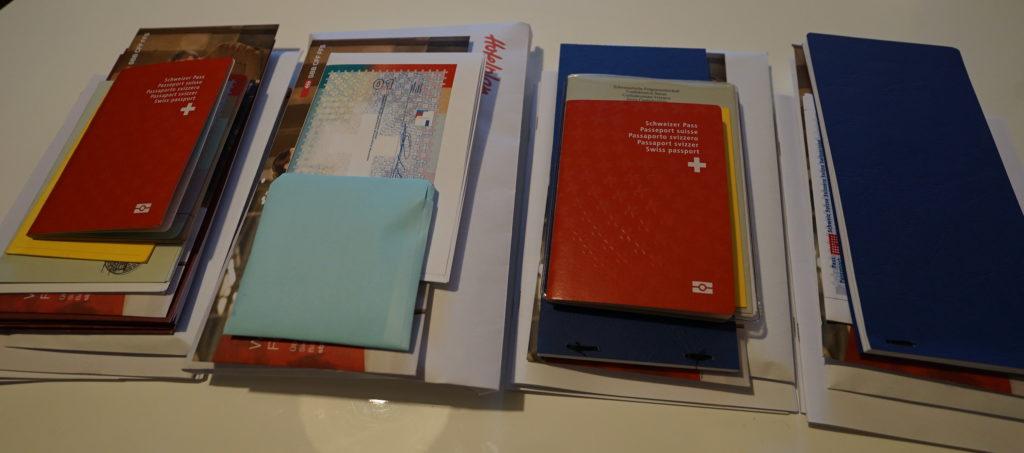 Die Unterlagen liegen in vier Stapeln bereit