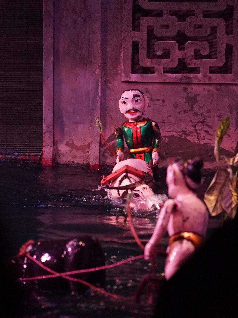 Die Puppen aus Holz sind ca. 50 cm hoch und werden mit Stangen bewegt