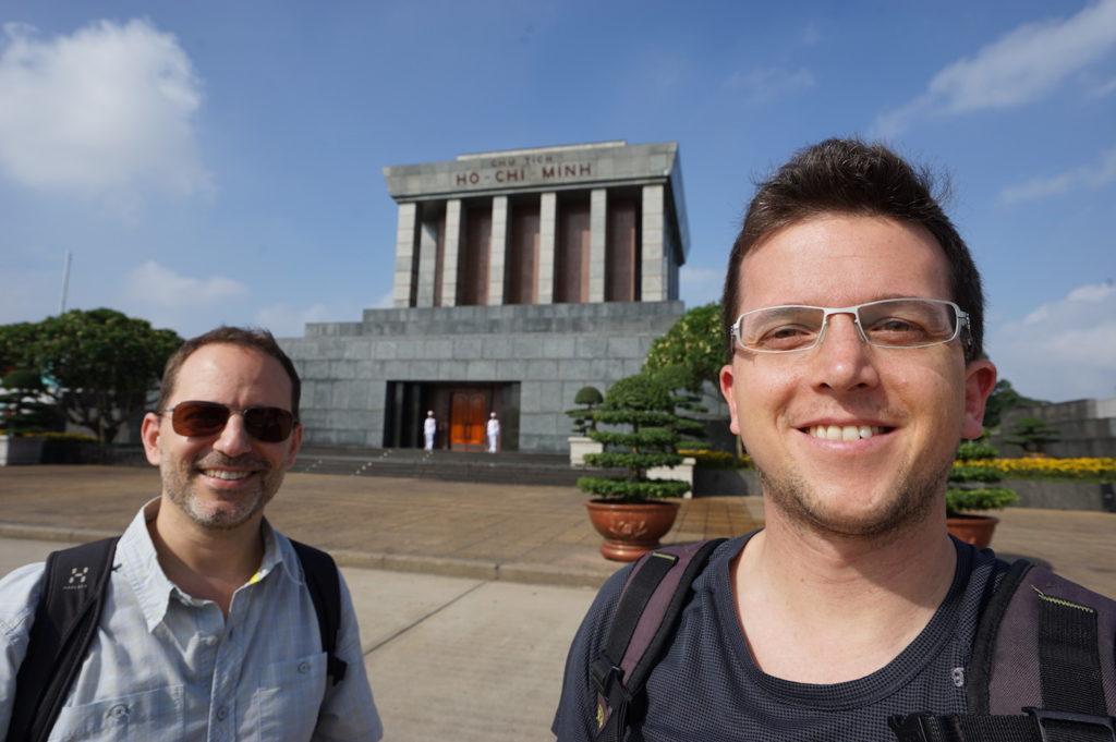 Vor dem Mausoleum von Ho Chi Minh