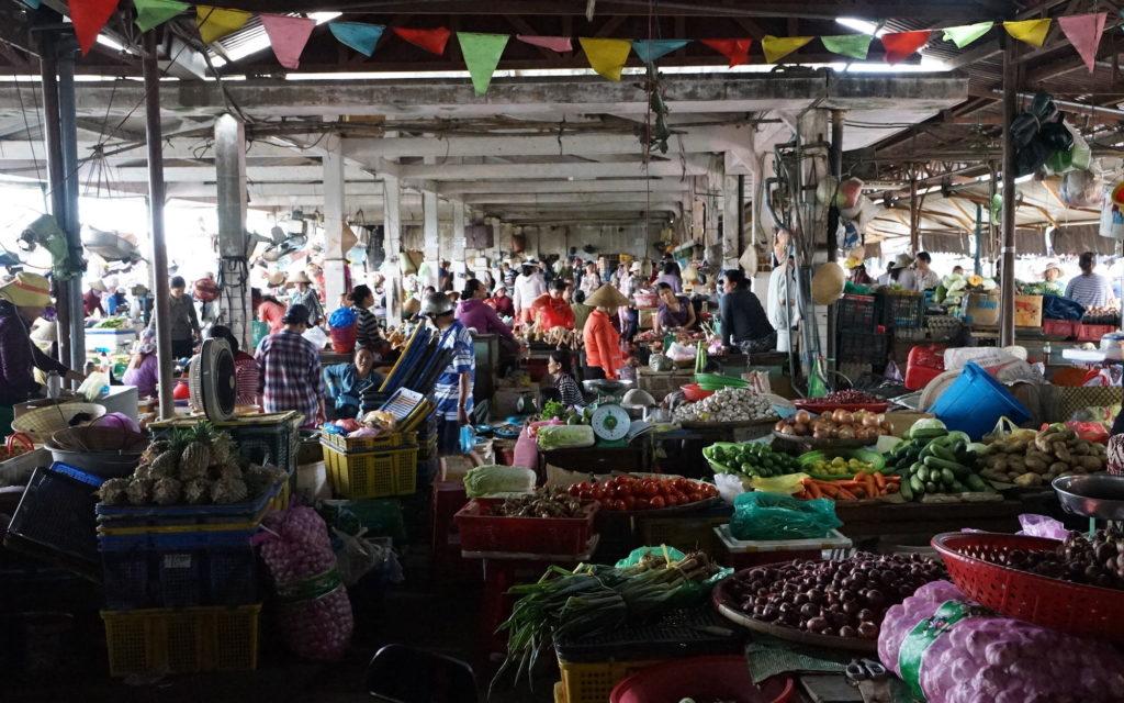 Auf vietnamesischen Märkten ist Alles dicht beisammen