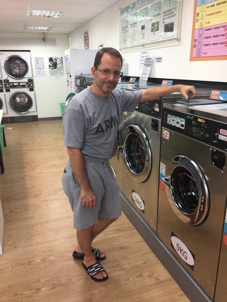 Ausnahmsweise spärlich bekleidet – um so Viel wie nur möglich zu waschen