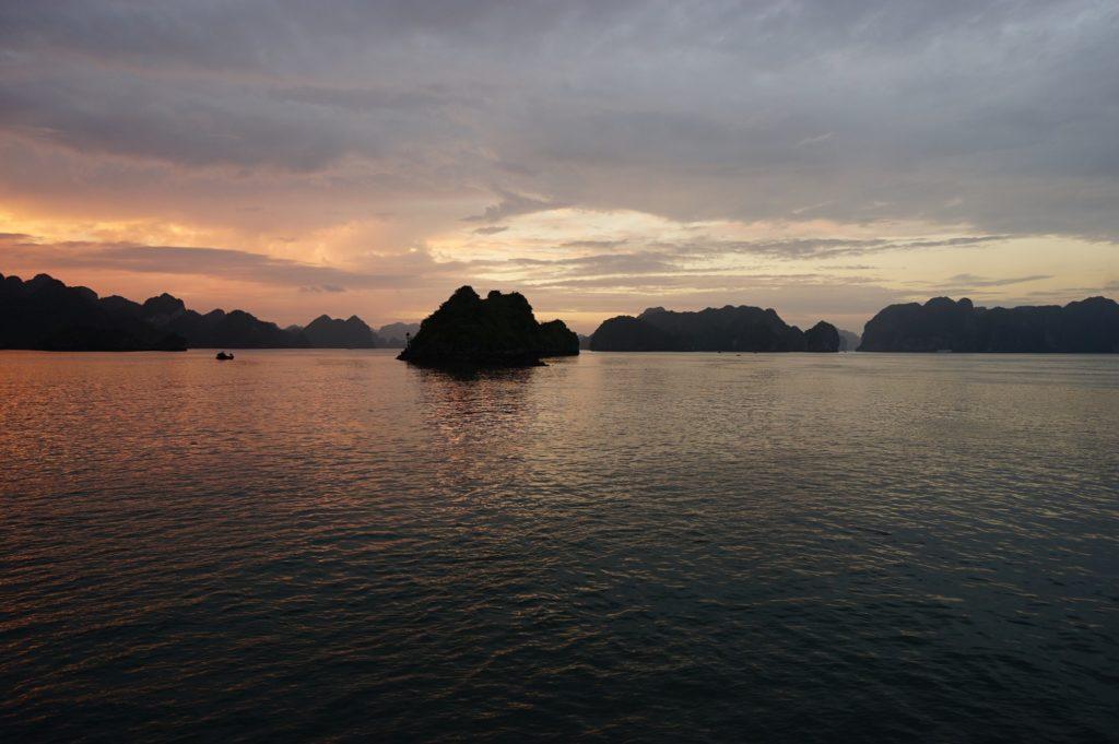 Abendstimmung auf Vịnh Hạ Long vom Deck aus