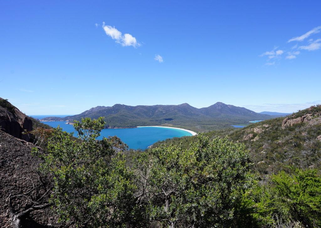 Links ist die Wineglass Bay zu sehen, rechts die Hazards Beach und dazwischen der Istmus