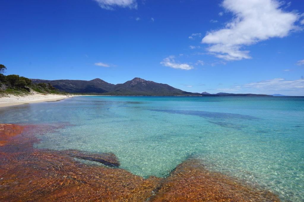 Mit den roten Felsen und dem türkisfarbenen Wasser ist die Hazards Beach sehr malerisch