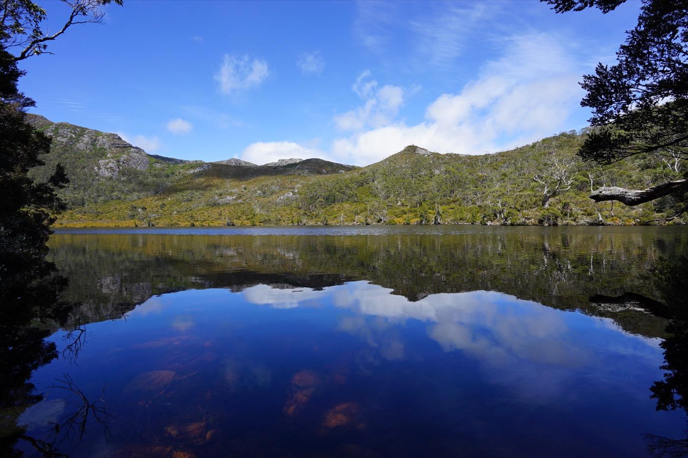 Himmel und Berge spiegeln sich im Wasser