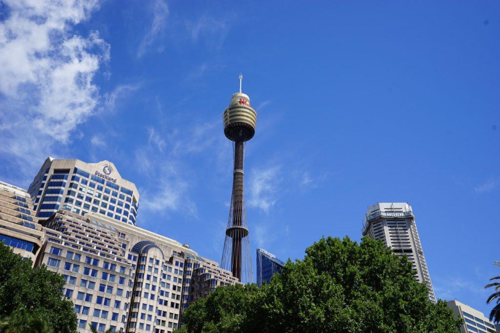 Wir suchen gerne ein hohes Gebäude auf, um uns in einer Stadt zu orientieren – hierzu bietet sich der Sydney Tower an