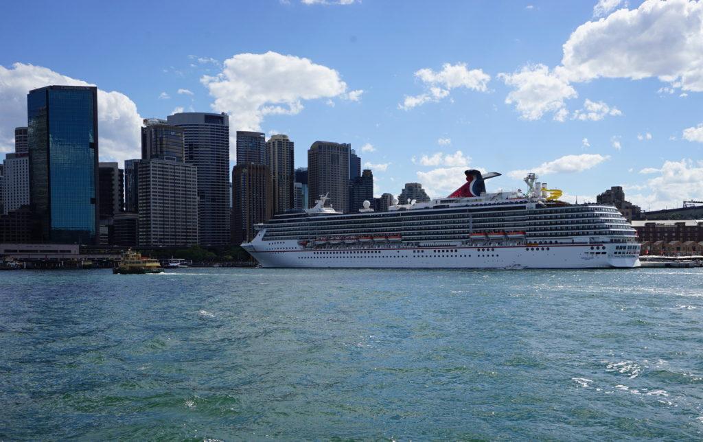 Die Carnival Legend liegt an prominentester Stelle zwischen Oper und Harbour Bridge vor Anker